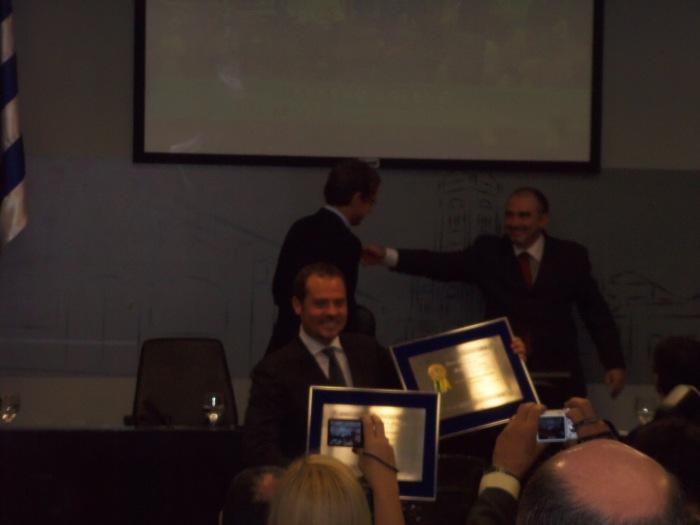 Ricardinho recebendo o título de cidadão araçatubense e a medalha 09 de julho